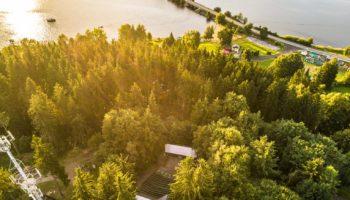 Letní kino u Lipna pohledem z dronu